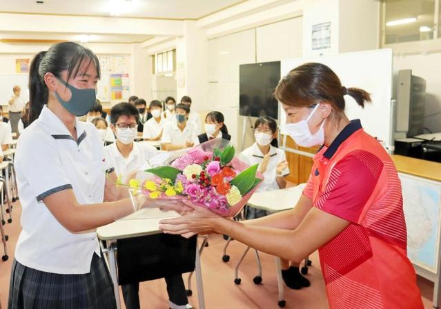 水球の新沢選手が母校訪問 五輪女子主将、大舞台の重み語る