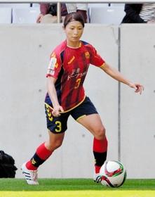 俊足を生かしたプレーが魅力の鮫島彩選手 俊足を生かしたプレーが魅力の鮫島彩選手 ピッチで厳しく、