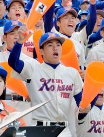 春の選抜大会で、応援団長としてアルプススタンドから声援を送る寒川豪選手(中央)=3月24日、甲子園球場
