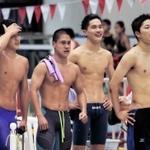 男子800メートルリレーで優勝を決め、喜ぶ報徳の(左から)菖池、上口、福田、松田