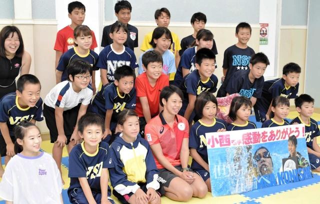 東京五輪・競泳の小西選手 水泳教室で子どもらと交流 豊岡